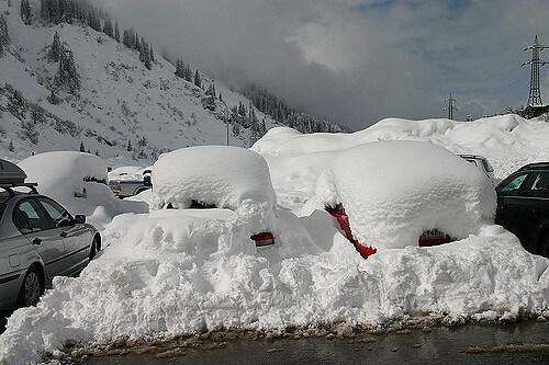 Verschneite Autos am Arlberg