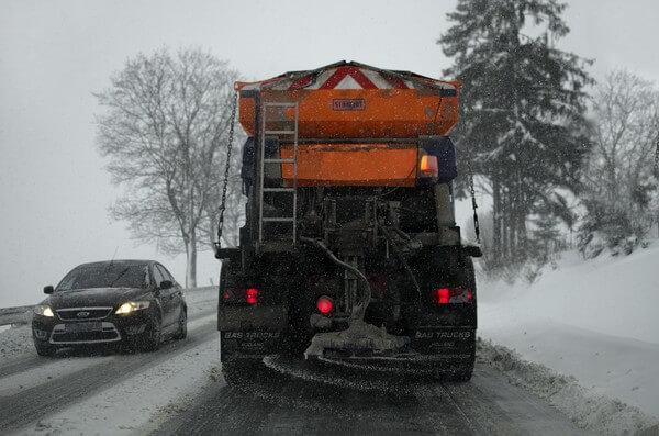 Winterliche Straße @ https://pixabay.com/de/users/jerzygorecki-2233926/