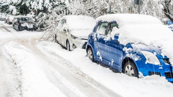Schnee auf Autos
