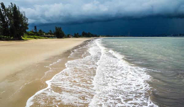 Zyklon Kenneth trifft in Mosambik auf Land.