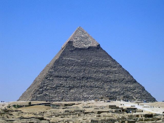 Regen füllt gut 3700 Pyramiden mit Wasser