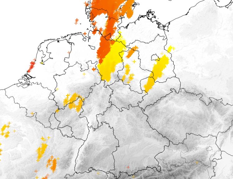 Blitze der vergangenen 24 h (gelb aktuelle Blitze, rot Blitze am Freitag) ©UBIMET