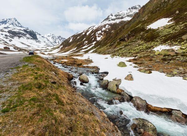 Altschnee schmilzt im Frühjahr
