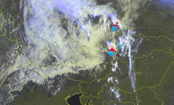 Der Blick von ober zeigt: Im Norden ist bereits die kühlere Luft, im Süden noch sonnig und heiß und im Osten erkennt man die Gewitter.