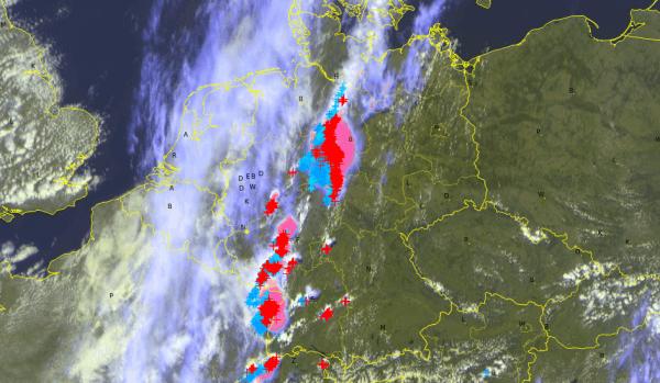 Aktuelles Satellitenbild mit Blitzen © UBIMET/Eumetsat