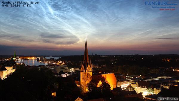 Leuchtende Nachtwolken aufgenommen von einer Webcam @ https://www.foto-webcam.eu/webcam/flensburg