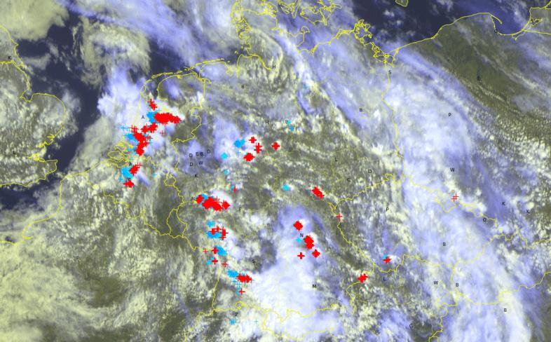 Satellitenbild mit Blitzen um 12 Uhr @UBIMET/METEOSAT