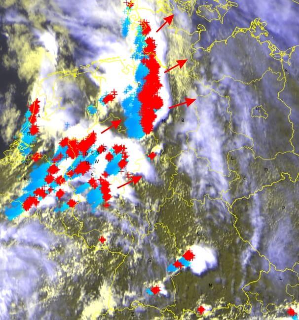 Aktuelles Satellitenbild und Blitze der letzten 60 Minuten. © EUMETSAT / UBIMET