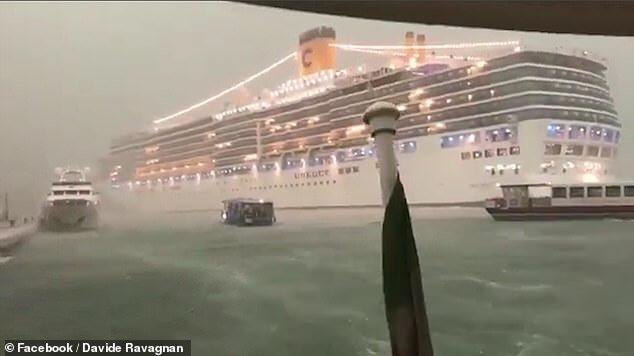 Aufnahme des Kreuzfahrtschiffes in Venedig @ Facebook / Davide Ravagnan