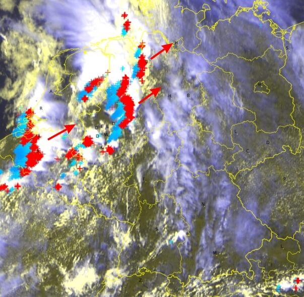 Satellitenbild und Blitze um 14:40. © EUEMETSAT / UBIMET