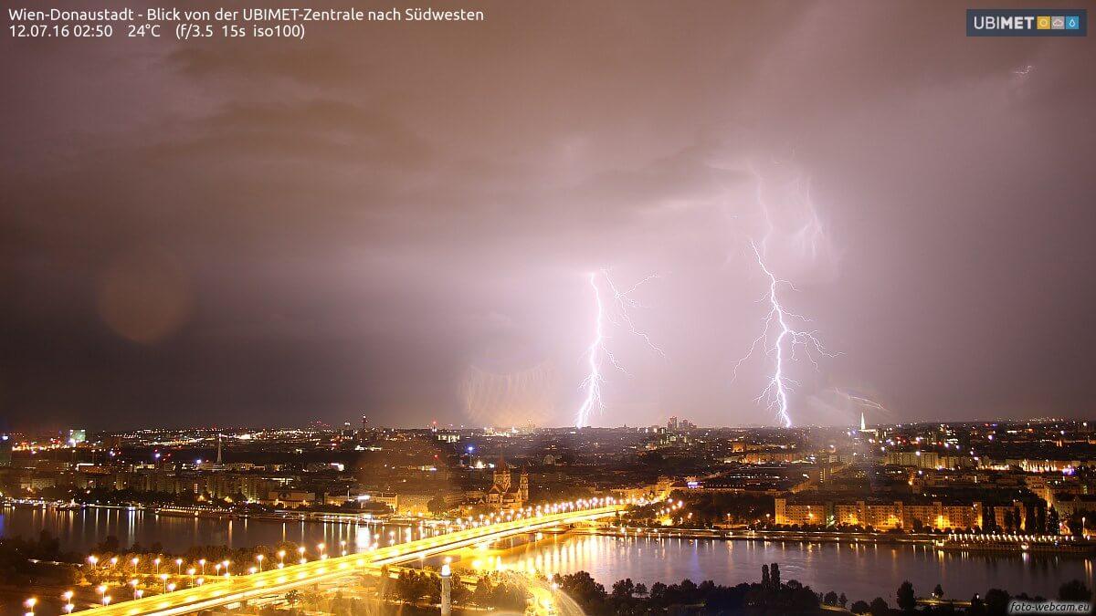 Aufgenommener Blitz von unserer Webcam @ https://www.foto-webcam.eu/webcam/wien