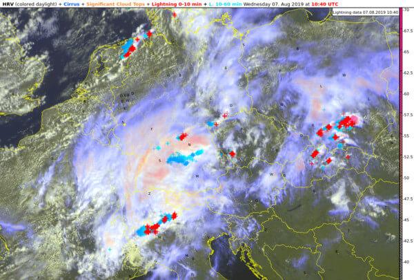 Satellitenbild kombiniert mit aktuellen Blitzen von 12:40 Uhr @ UBIMET