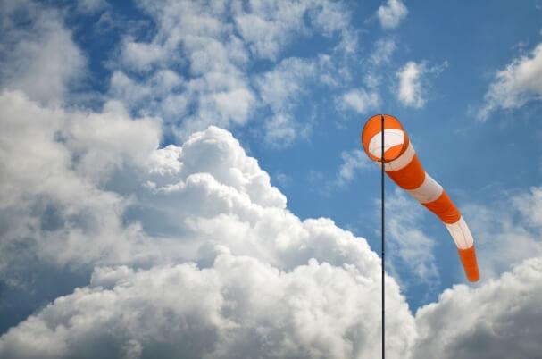 Windsack bei stürmischem Wind