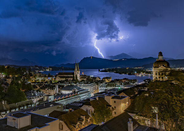 Kräftige Gewitter mit vielen Blitzen, Starkregen und heftigen Windböen