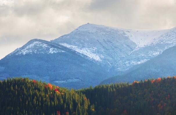 Schnee im Herbst auf den Bergen