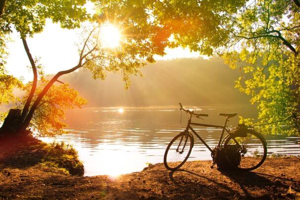 Fahrrad vor einem See im Spätsommer