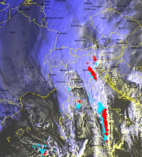 Satellitenbild und Blitze um 8:30 Uhr. © UBIMET / EUMETSAT