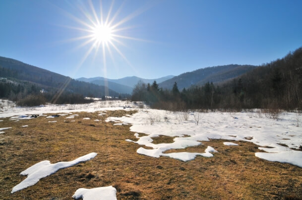 Schnee im Frühling mit Sonne