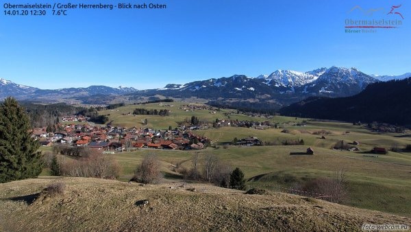 Grüne Landschaft selbst am Alpenrand auf knapp 1000 m.