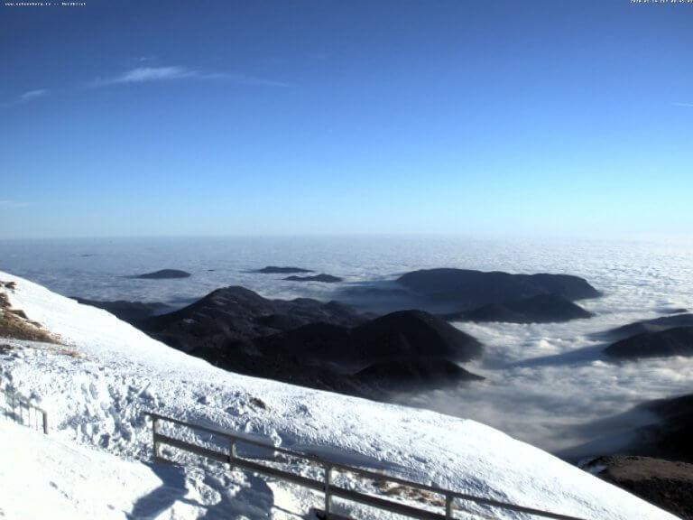 Perfektes Bergwetter auf dem Schneeberg.