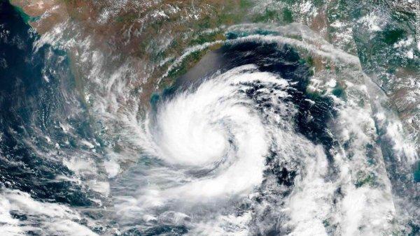 Zyklon Amphan trifft auf Festland