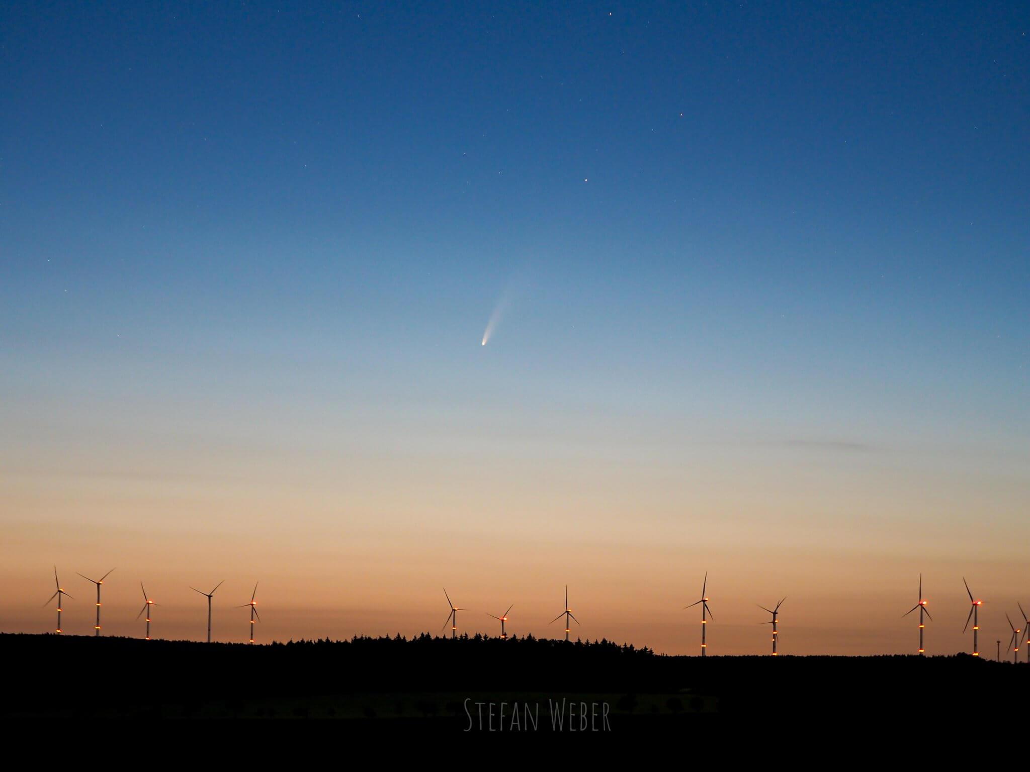 Komet am Nachthimmel zu sehen