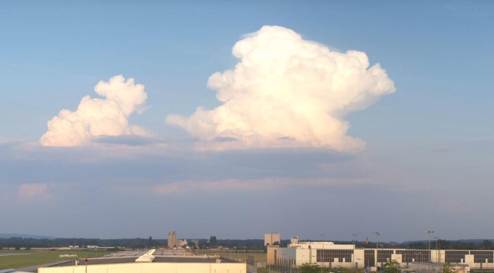 Gewitter im Seewinkel aufgenommen aus Wiener Neustadt - Webcam Quelle: https://aviationacademy.panomax.com/
