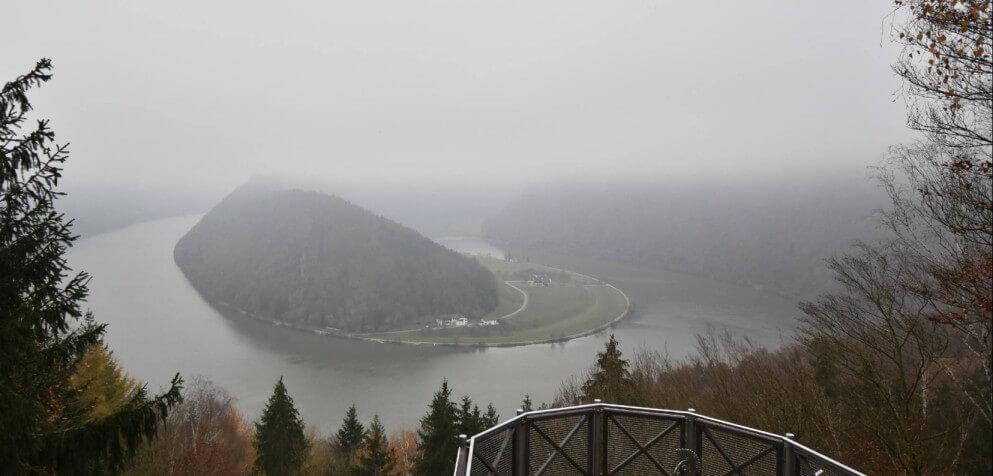 Die Donauschlinge in Schlögen (OÖ) an einem nebligen Herbsttag - https://donauschlinge.panomax.com/