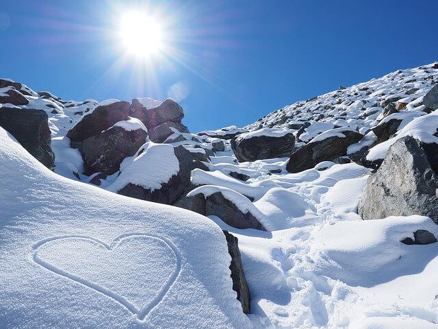 Sonne, Berge und Schnee sorgen besonders im Frühling für erhöhte Sonnenbrandgefahr - pixabay.com