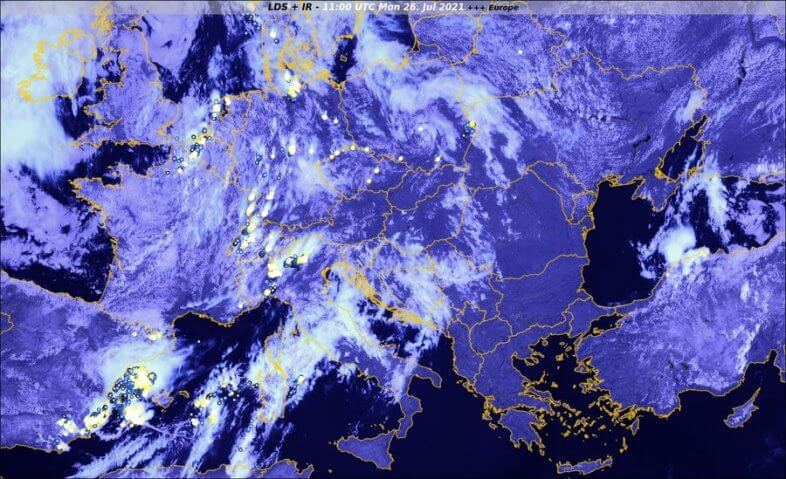 Satellitenbild und Blitze (Kreise) um 13 Uhr - EUMETSAT, nowcast, UBIMET